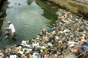 buang sampah sembarang ke air
